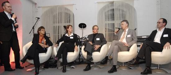 Dr. Manfred Böcker (stehend) moderierte die Podiumsdiskussion mit Bärbel Schwertfeger, Connie Voigt, Rudolf Kahlen, Thomas Reinhold und Jürgen Scholl  (von links nach rechts)
